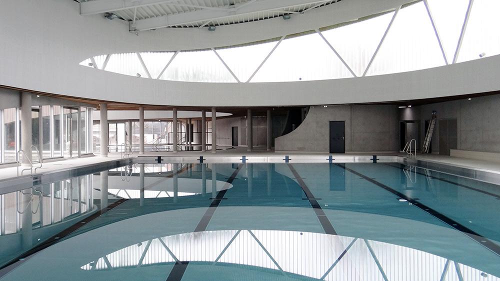 des panneaux en bois massif pousent les courbes du On piscine lille sud